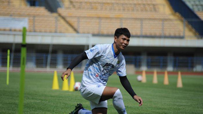 Achmad Jufriyanto ikut dalam latihan perdana Persib Bandung di Stadion GBLA, Senin (1/3/2021).