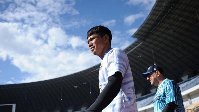 Pemain Persib Achmad Jufriyanto dan pelatih Robert Alberts dalam latihan perdana setelah lama vakum, di Stadion GBLA, Senin (1/3/2021).