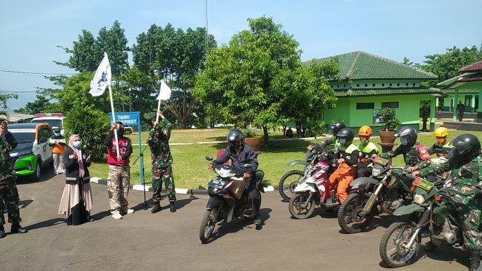 Jelang Ramadan 1442 H, Relawan dan TNI di Sukabumi Keliling Kampung Bagikan Sembako ke Warga