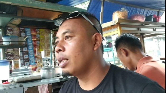 Ade Sutrisno alias Tate, sahabat Ade Londok dan putra dari Pak Oleh, Kue Odading yang viral di promosikan Ade Londok, saat ditemui di sela aktivitas jualannya di Pasar Kosambi, Kamis (5/11/2020).