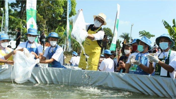 Gubernur Jawa Barat Ridwan Kamil menebar benih ikan pada peresmian Program Petani Milenial di Bidang Perikanan di PSDKP WS Ciherang Cianjur.