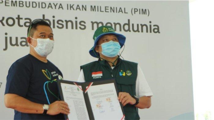 Penandatangan Perjanjian Kerjasama Kegiatan Pembudidaya Ikan Milenial oleh Dirut Agro Jabar Kurnia Fajar dengan Kepala DKP Jabar Hermansyah.