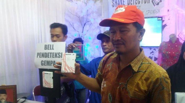 Agus Obrek (43) saat memamerkan alat pendeteksi gempa buatannya di Festival Gelar Teknologi Tepat Guna di Kecamatan Cipeundeuy, Rabu (8/8/2018).