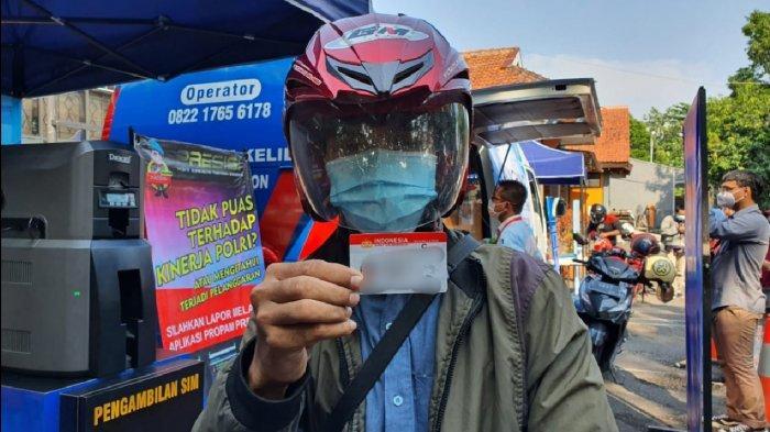 Dua Agus Ini Tak Menyangka Pelayanan SIM Drive Thru di Polresta Cirebon Selesai dalam 5 Menit