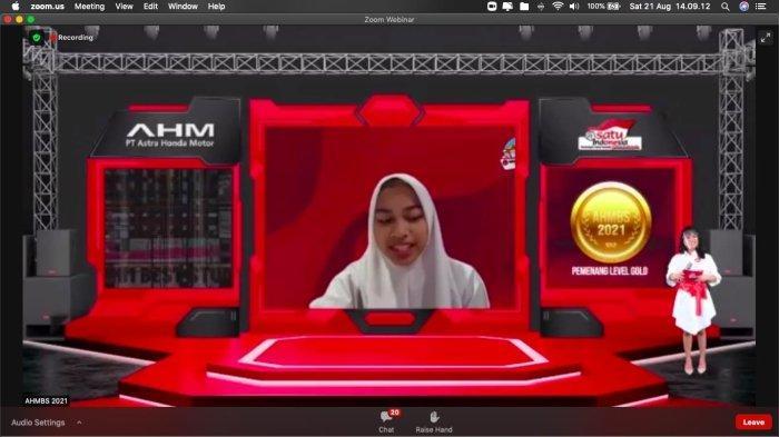 Aufa Hanun Zahiyah dari SMA Negeri 3 Bogor sedang mempresentasikan ide gagasan pemberdayaan para penjahit keliling dan UMKM pada gelaran AHM Best Student 2021
