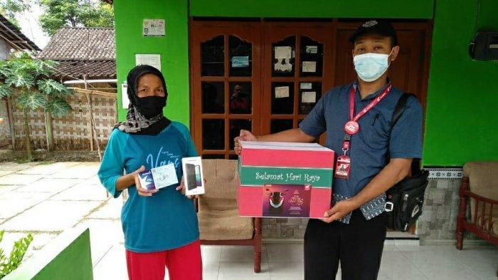 Perwakilan Astra Motor Semarang menyerahkan bingkisan lebaran kepada keluraga Konsumen Honda di wilayah Boyolali, Jawa Tengah (8/5)
