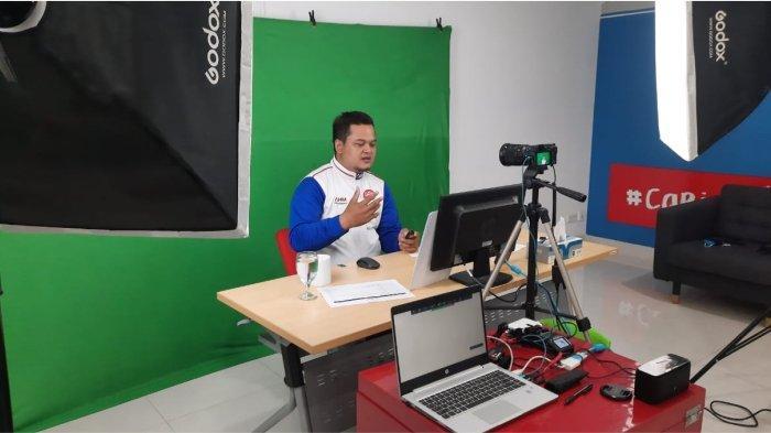 Instruktur Safety Riding AHM, memberikan edukasi keselamatan berkendara secara daring kepada mahasiswa. Program ini melibatkan 3.550 mahasiswa yang berasal dari 29 universitas di berbagai wilayah Indonesia dan dilakukan selama bulan September.