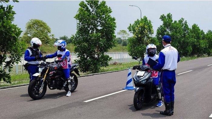 Para Pejuang Muda Keselamatan Jalan Indonesia mendapatkan pelatihan praktik Safety Riding di AHM Safety Riding Park, Deltamas (4-9/10).