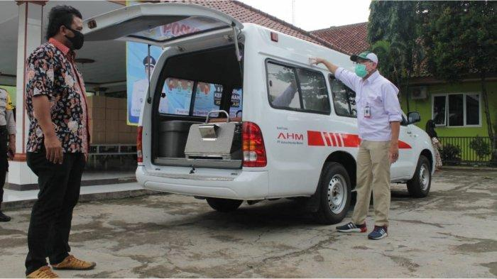 CSR Manager AHM Agus Subagja menyerahkan ambulance bagi Desa Danau Indah sebagai bentuk dukungan perusahaan dalam menghadapi pandemi Covid-19 di bidang kesehatan.