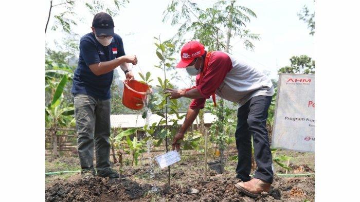 PT Astra Honda Motor kembali menanam 500 pohon buah langka dan lokal asli Indonesia di Bukit Cibakung, Kampung Cidadap, Padalarang, Kab. Bandung Barat (30/9).