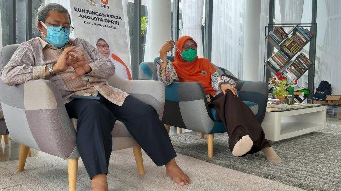Anggota Komisi IX DPR RI Netty Prasetiyani dan mantan gubernur Jabar Ahmad Heryawan di Bandung, Jumat (8/1/2021).