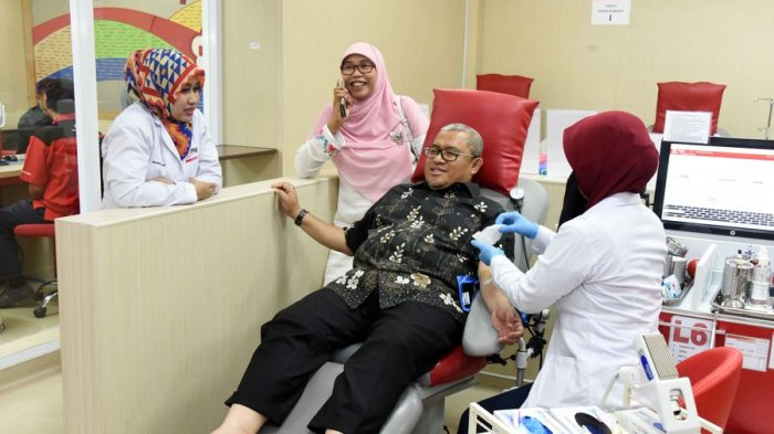 Gubernur Jabar Sumbangkan Darah untuk Bocah yang Mengidap Anemia Aplastik