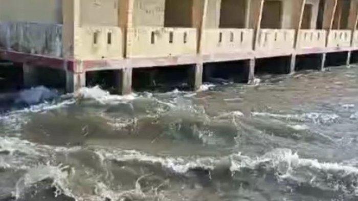 Air pasang terjadi di laut Desa Tehoru setelah gempa berkekuatan 6,1 magnitudo mengguncnag wilayah tersebut, Rabu (16/6/2021). (DOK WARGA via kompas.com)