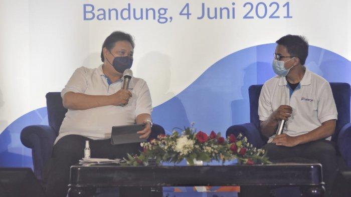 Airlangga Hartarto mendengarkan kisah alumni Kartu Prakerja.