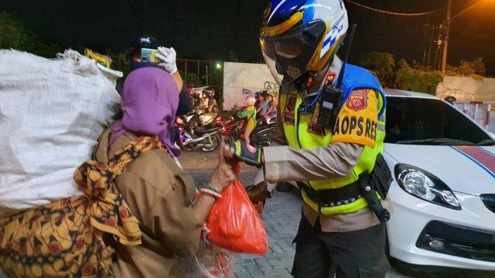 Bagikan Sembako, Kapolres dan Danyon Arhanud-14/PWY Keliling Kota Cirebon Naik Sepeda Motor