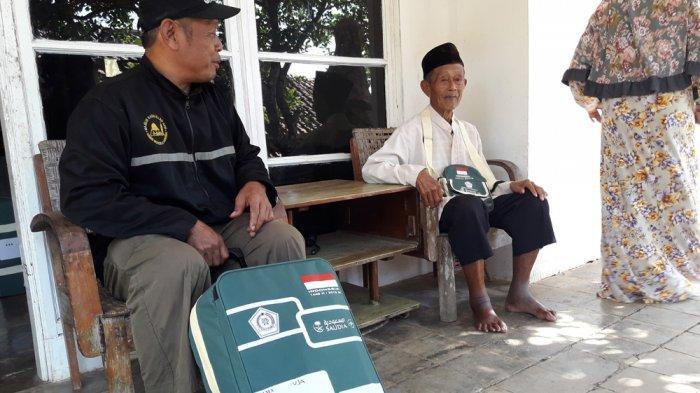 Visa Belum Keluar, Keberangkatan Calon Jemaah Haji Tertua di Sumedang Ini Pun Tertunda