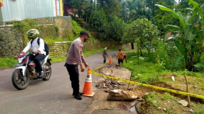 Akibat Hujan Deras, Ruas Jalan di Krisik Sumedang Mengalami Pergerakan Tanah Sepanjang 25 Meter