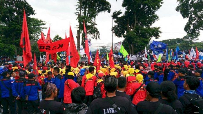 Fokus Urusi Masalah PHK, Hanya Puluhan Buruh Purwakarta Ikut Demo di Gedung Sate