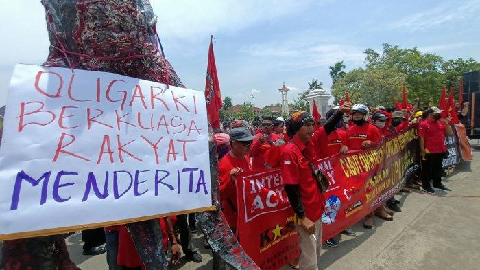 Desak Omnibus Law Dicabut, Buruh Demo di Depan Pendopo Indramayu, Bawa Monster Gurita