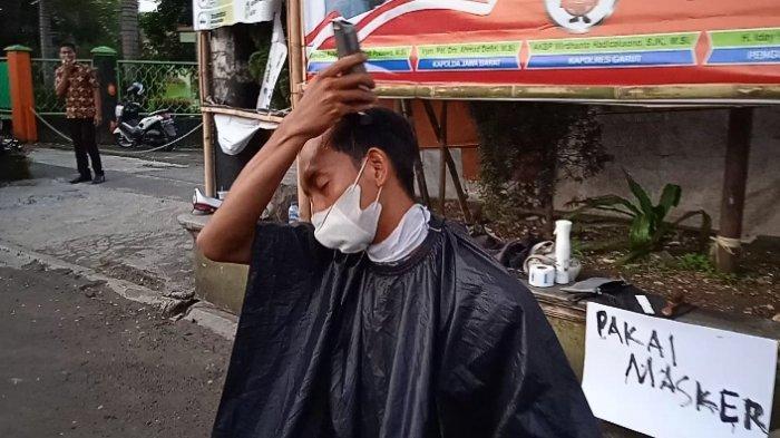 Tukang Cukur Rambut di Garut Gelar Aksi di Hari Pertama PPKM Darurat, Cukur Rambut Sendiri