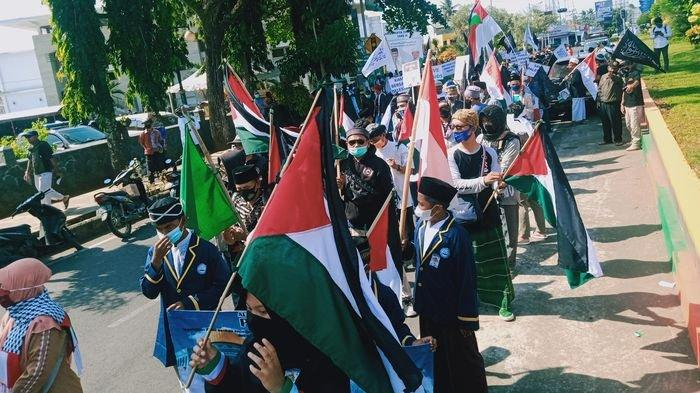 Bela Palestina, Ratusan Orang di Pangandaran Bentangkan Bendera Palestina dan Galang Dana