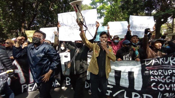 BREAKING News, Massa Lakukan Aksi Unjuk Rasa Kepung Balai Kota Bandung, Ojol Konvoi Keliling Kota
