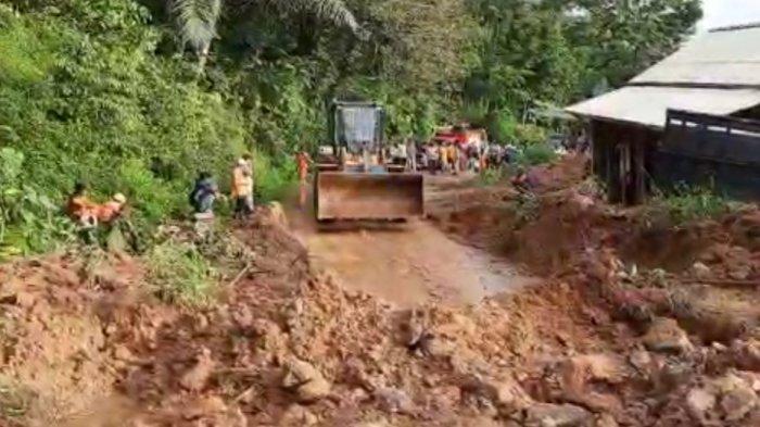 Ruas Jalan Vital di Kabupaten Tasikmalaya Manonjaya-Salopa Masih Terputus Akibat Longsor