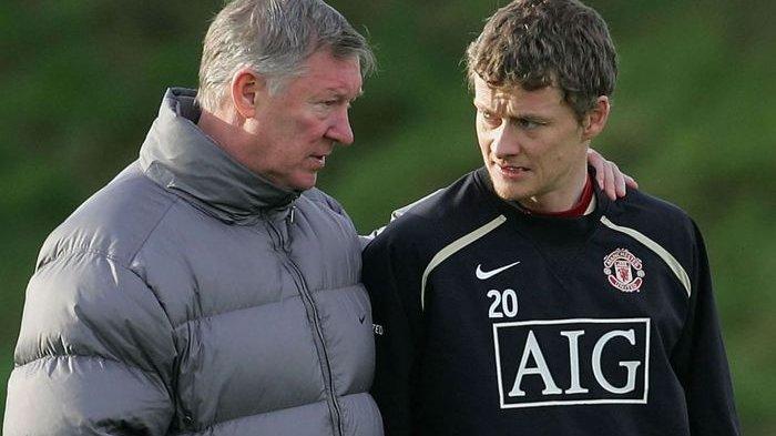 Ole Gunnar Solskjaer (kanan) saat masih dilatih Sir Alex Ferguson di Manchester United.