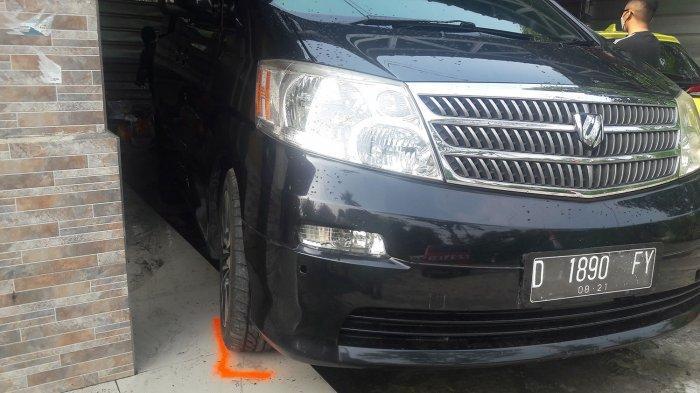 Mobil Toyota Alphard yang menjadi lokasi ditemukannya jasad Tuti dan anaknya Amelia Mustika Ratu.