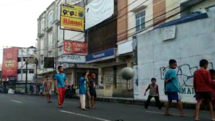 Penyekatan Saat PPKM Darurat, Jalan di Pusat Kota Tasikmalaya Jadi Tempat Main Sepak Bola