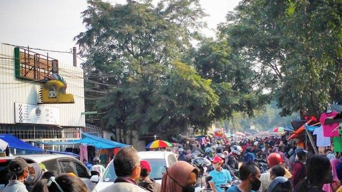 Foto Pasar Cicadas yang Dipenuhi Pengunjung, Ibu-ibu Bawa Bayi dan Ditinggal di Pinggir Jalan