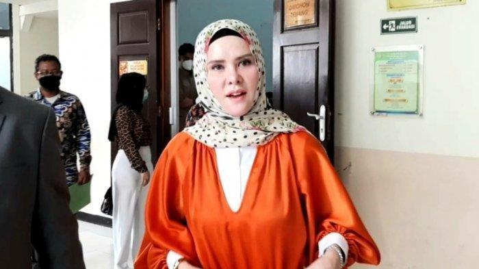 Angel Lelga mendatangi Pengadilan Negeri Jakarta Selatan, Rabu (19/8/2020). Ia menghadiri sidang kasus dugaan pencemaran nama baik lewat media elektronik dengan terdakwa Vicky Prasetyo, mantan suaminya.