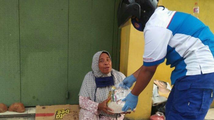 Penghasilan Minim tapi Guru Honorer di Kota Sukabumi Ini Beri Sembako ke Penjaga Sekolah dan PKL