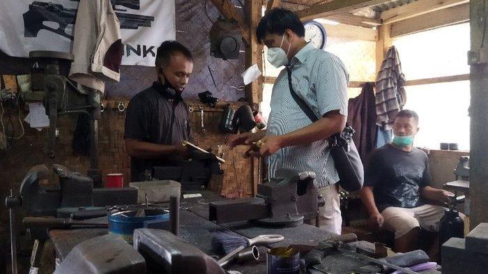 Polisi Bina Perajin Senapan Angin di Cipacing Agar Tidak Membuat Senpi Rakitan