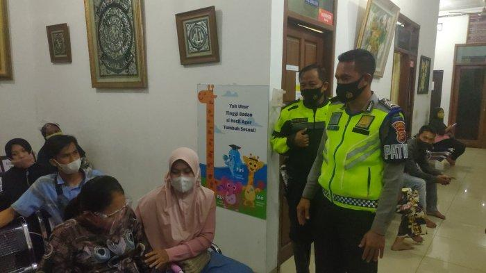 Polisi Bantu Ibu Muda yang Hendak Melahirkan Menuju Klinik, Mobil yang Ditumpangi Ibu Muda Itu Mogok