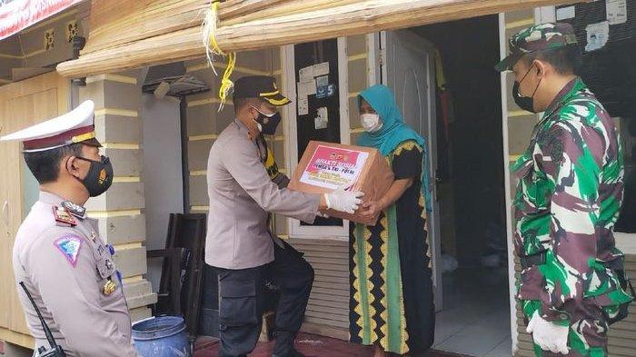 Polres Bersama Kodim 0610 Purwakarta Bantu Warga yang Terdampak Penerapan PPKM, Bagikan Sembako