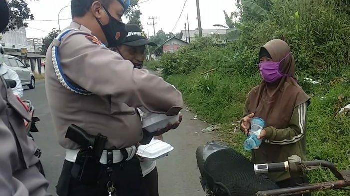 Patut Ditiru, Anggota Polsek Indihiang Rutin Urunan Uang Beli Nasi Bungkus Untuk Warga Tak Mampu