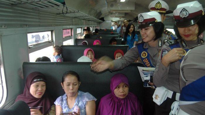 Polwan Cantik Polres Bandung Ini Blusukan di Gerbong Kereta