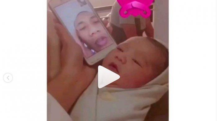anggota TNI mengazani anaknya lewat video call