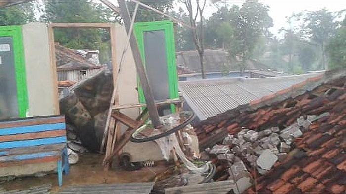 Angin Topan Merusak Rumah di Cianjur, Banjir dan Longsor Masih Terjadi