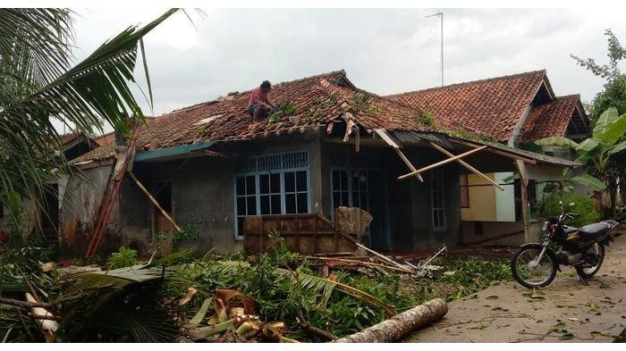 Tadi Sore, Angin Puting Beliung Memporak-porandakan Lima Rumah di Pangandaran