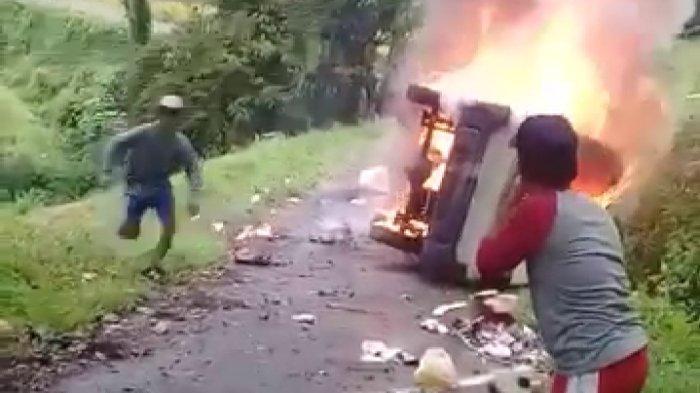 Sebuah Angkot di Kota Tasik Tabrak Pohon lalu Terguling dan Terbakar, Sopir Meninggal di Tempat