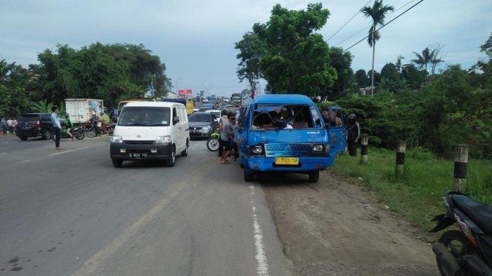 Colt Mini Seruduk Angkot di Lingkar Selatan Sukabumi, Sopir Colt Dievakuasi Ke Rumah Sakit