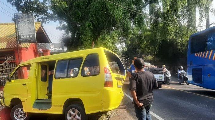 Angkot Ciherang-Cipanas Ringsek Nyangkut di Selokan Setelah Ditabrak Mobil Minibus Nissan Serena