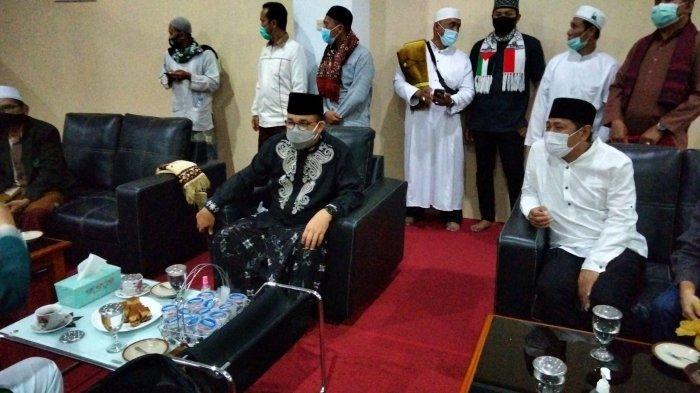 Anies Baswedan bertemu dengan para tokoh di sela kegiatan salat Tarawih di Masjid Syiarul Islam Kuningan, Sabtu (17/4/2021).