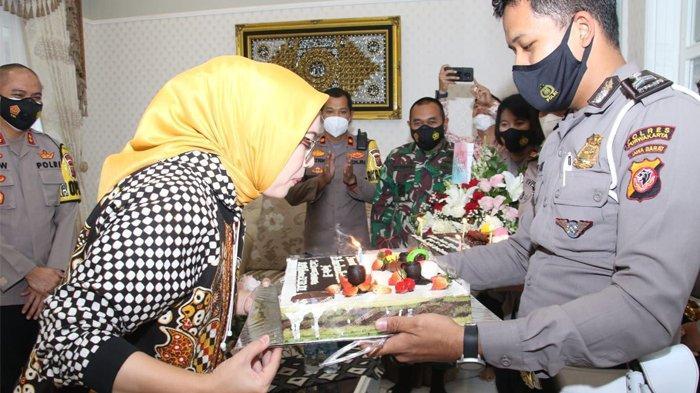 Bupati Purwakarta, Anne Ratna Mustika hari ini merayakan hari bahagianya yakni hari ulang tahun ke 39 tahun. Sejumlah ucapan, karangan bunga, dan kue ulang tahun diterima orang nomor satu di Purwakarta ini, di Pendopo, Kamis (28/1/2021).