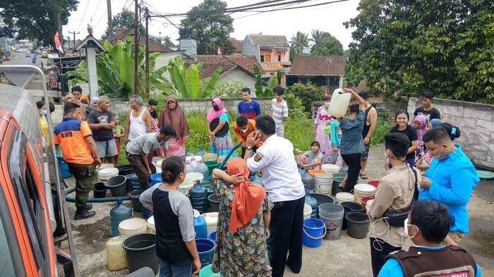 Bukan Lantaran Kekeringan Warga Sukabumi Antre Air Bersih dari BPBD Tapi Ternyata Ini Penyebabnya