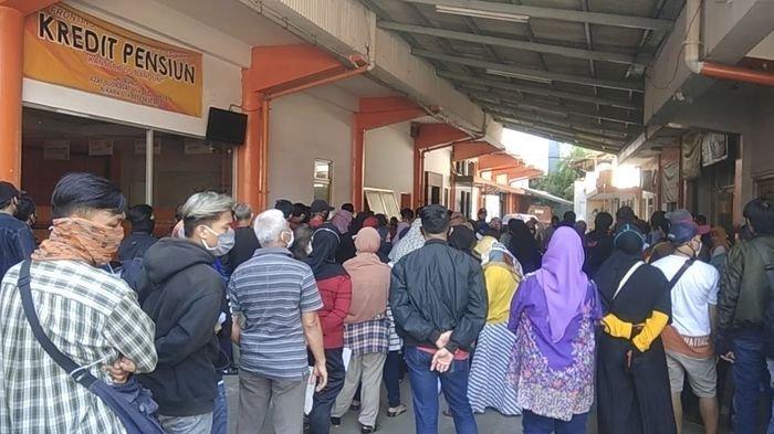 Masih Harus Antre Berdesakan Ambil Bantuan Rp 600 Ribu di Kantor Pos Bandung, Berjam-jam Lamanya