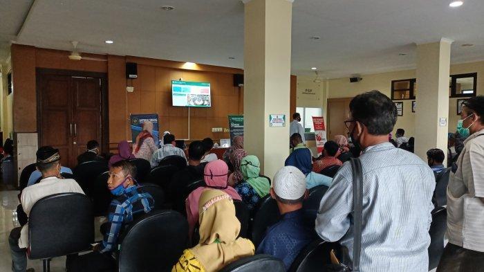Antrean masyarakat di Pengadilan Agama Kabupaten Indramayu, Senin (18/1/2021).
