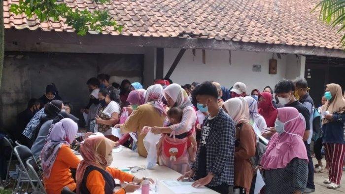 Antrean bansos Pemprov Jabar di Babakan Sari